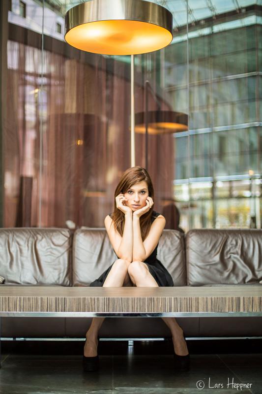 Foto-Shooting in einer Hotellobby mit Model Anna