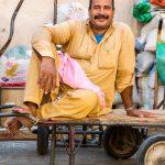 Dubai People: Ein Schnappschuss eines Arbeiters auf dem Gewürzmarkt