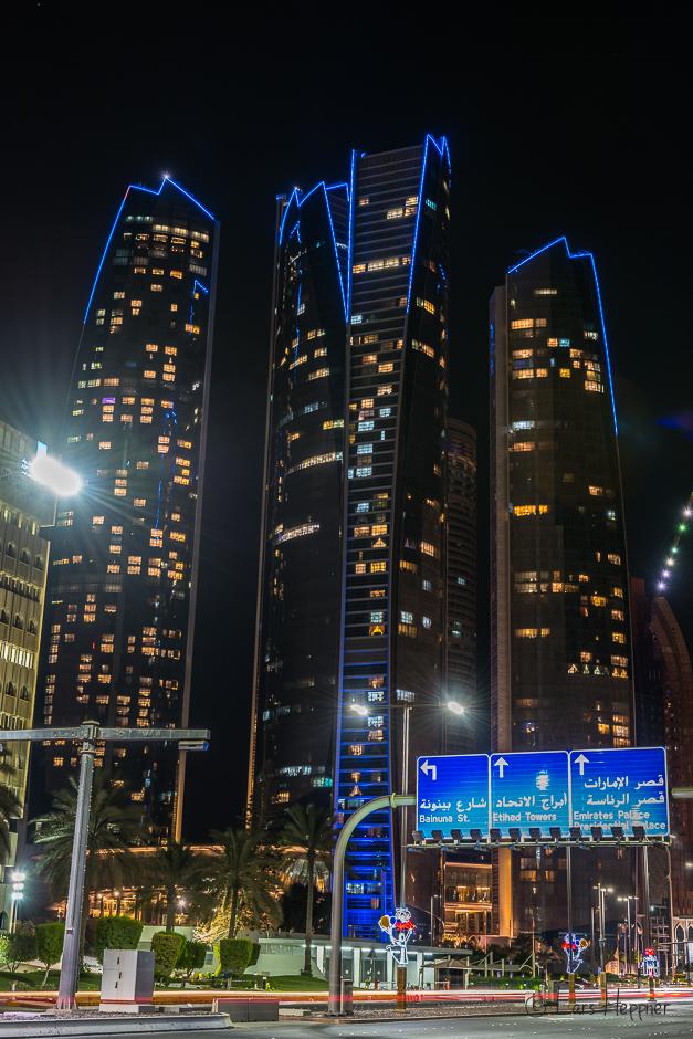Die Ethiad Towers in Abu Dhabi bei Nacht