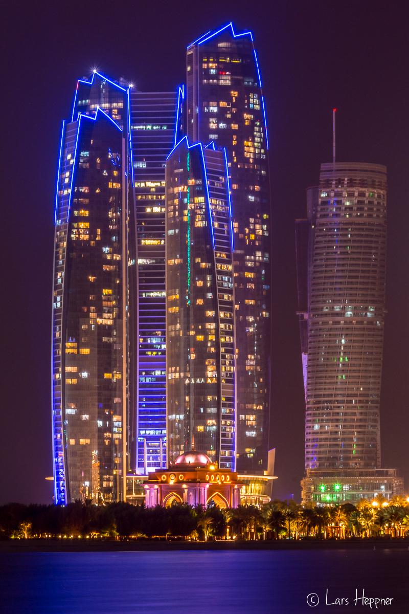 Nachtaufnahme Abu Dhabi: Die Ethiad Tower & Emirate Palace bei Nacht