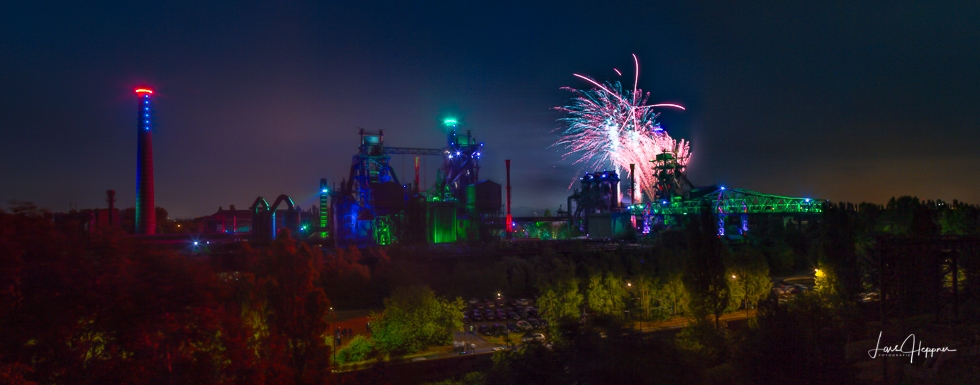 Panoramafoto: Das Feuerwerk im Landschaftspark Duisburg während der Extraschicht