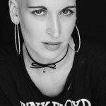 Eine Frau mit Glatze im Porträt - Ein Auszug auf dem Homeshooting mit LaLuna Nadine