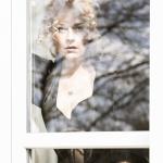 Portrait des Models Fuchsengelswild hinter einem Fenster