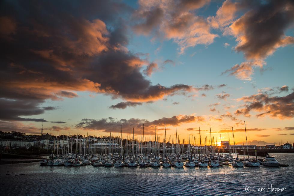 Dramatische Wolken im Fischerhafen von Howth