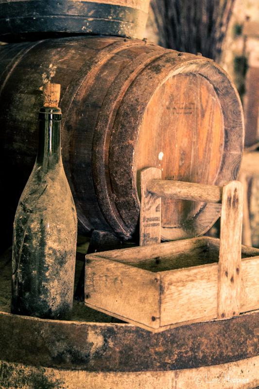 Stillleben - Weinflasche und Weinfass im La Vallée Troglodytique