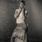 Pose im Regen