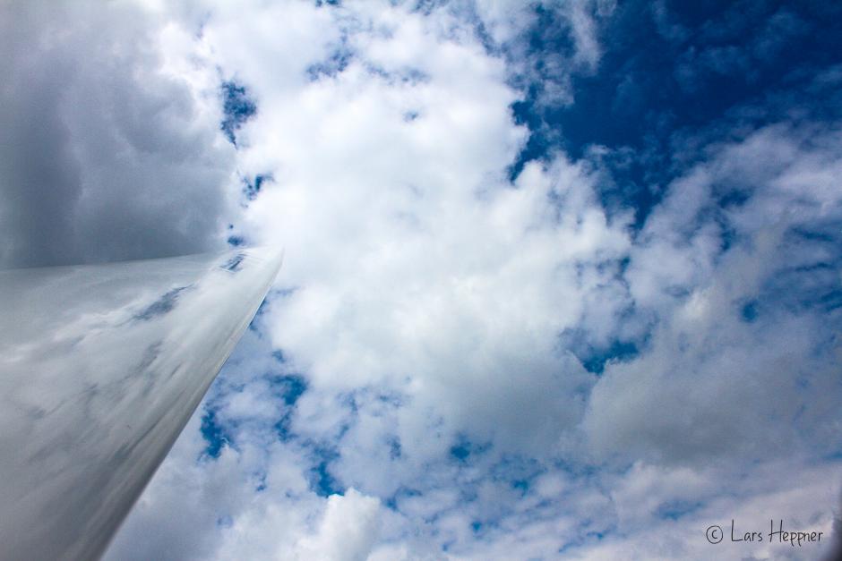 Spiegelung der Wolken im Segelflügel