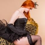 Burlesque Eliza Dotlittle beim Straps anziehen
