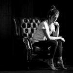 Portraits im hellen Raum dunkel erscheinen lassen