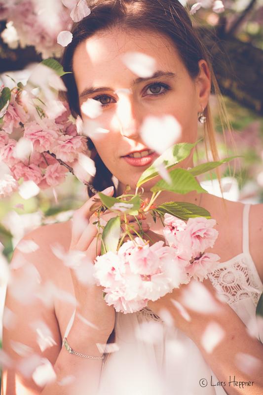 Portrait-Fotos unter Kirschblüten mit Sara im vintage Look