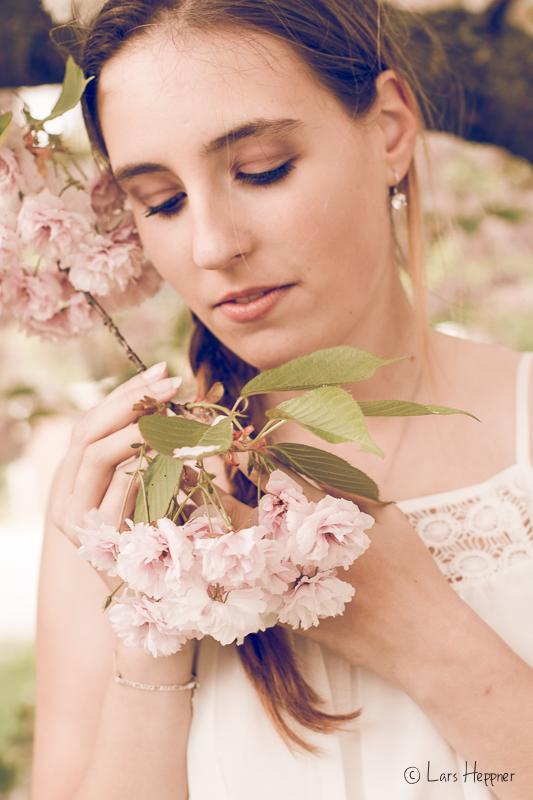 Portrait unter Kirschblüten mit Sara