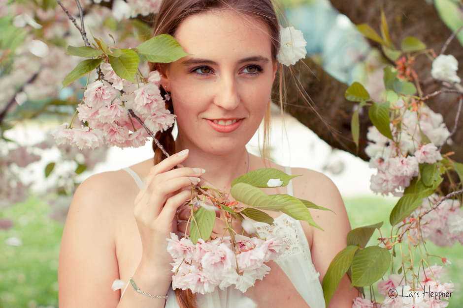Model Sarah unter japanischer Kirschblüte