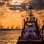 Dramatisches Wolken und Lichtspiel im Hamburger Hafen