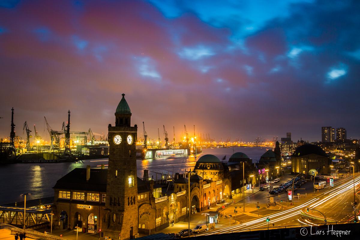 Die Landungsbrücken am Hafen Hamburg zur blauen Stunde