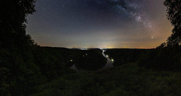 Lichtverschmutzung an der Saarschleife - Die Milchstraße als Panorama