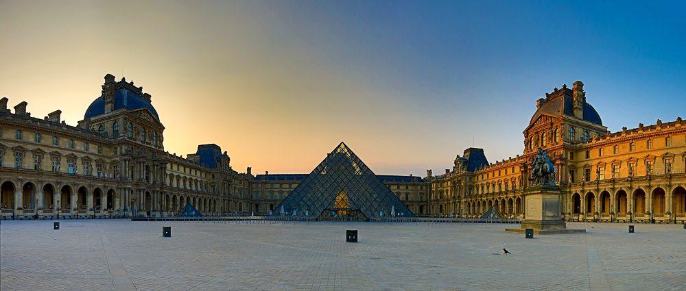 Louvre - Panoramafoto zum Sonnenaufgang des französischen Nationalfeiertag