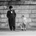 Vater und Sohn - Stadtbild im jüdischen Stadtteil von Antwerpen