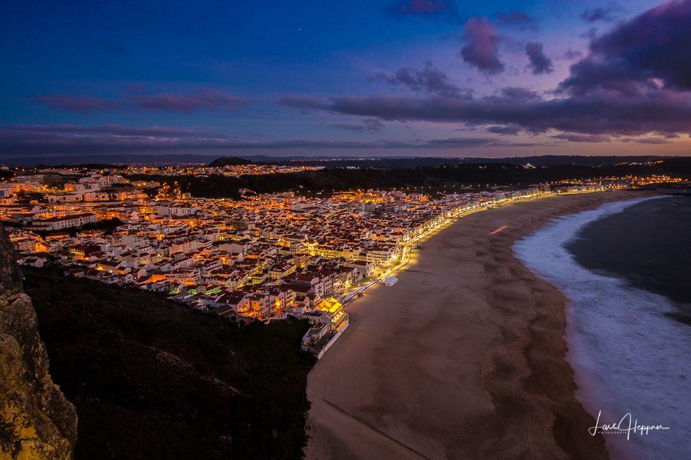 Nazaré zur blauen Stunde - Wenn die Lichter in der Stadt angehen