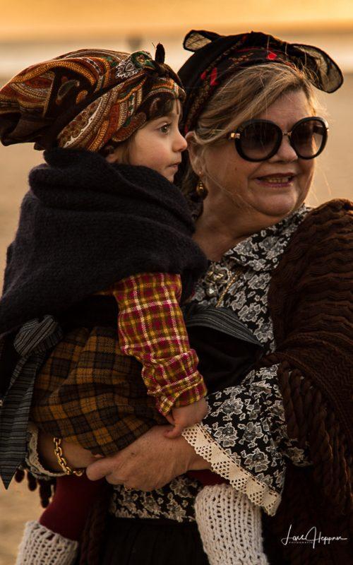 Mutter und Tochter feiern Karneval in Nazaré