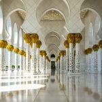 Sich spiegelnde Säulen in der Sheikh Zayid Moschee in Abu Dhabi