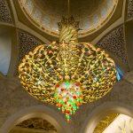 Liebe zum Detail: Der Kronleuchter an der Decke der Decke der Sheikh Zayid Moschee in Abu Dhabi