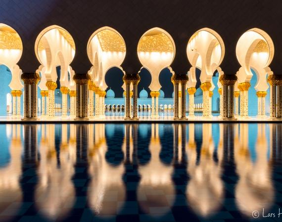 Eine Spiegelung der Sheik Zayid Moschee in Abu Dhabi