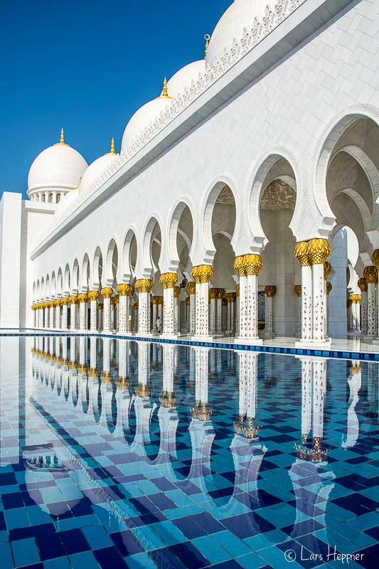 Die Scheich Zayid Moschee in Abu Dhabi spiegelt sich im Wasser
