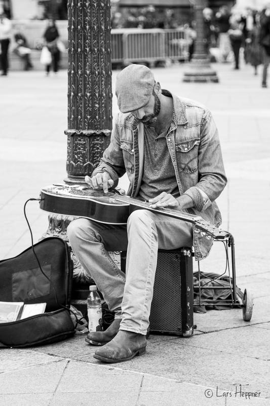 Straßenmusiker am Platz Hôtel de Ville in Paris