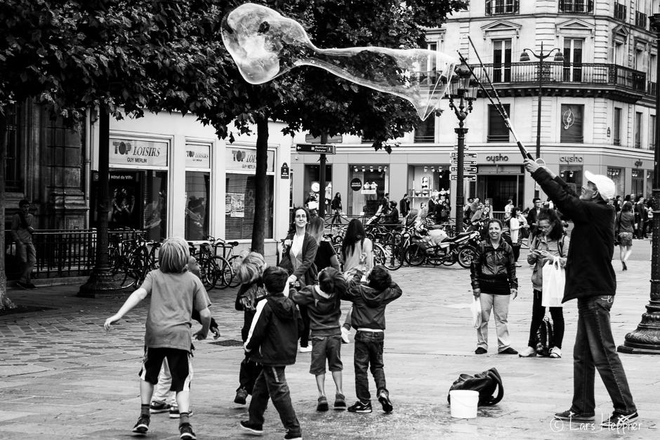 Spielende Kinder am Platz Hôtel de Ville in Paris