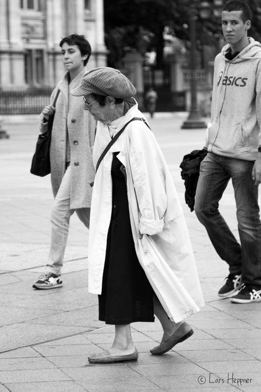 Eine alte Dame am Platz Hôtel de Ville in Paris