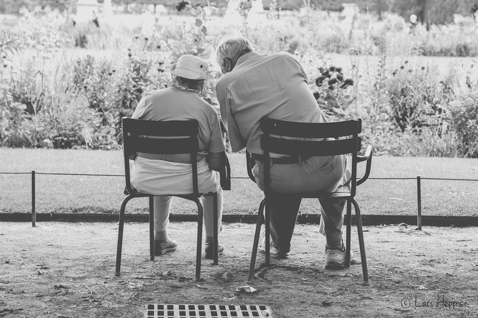 Altes Ehepaar im Jardin des Tuileries in Paris