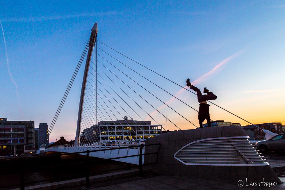 Streetfotografie Dublin: Handstand an der Samuel Beckett Bridge