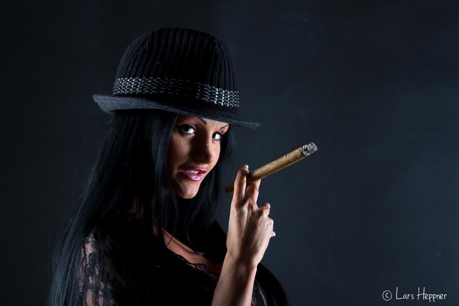 Zigarre rauchende Frau