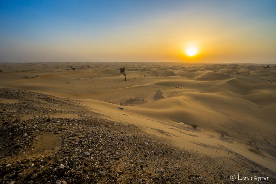 Die Wüstensonne leitet langsam den Sonnenuntergang ein