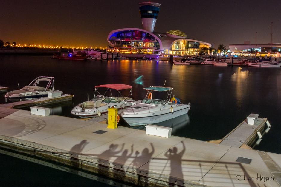 Schattenspiel am Hafen von Yas Island